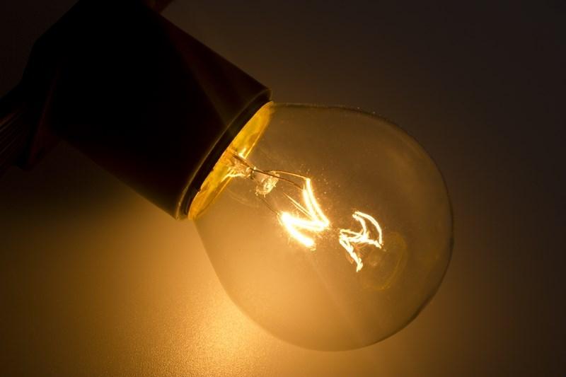 Лампа Neon-Night, цоколь Е27, 10 Вт, цвет колбы: прозрачный401-119Декоративные лампы накаливания используются с гирляндой Belt Light и служат для придания свечению нужного цвета, который позволит создать праздничную атмосферу и украсить не только уличные элементы, но и интерьеры помещений. Колба лампы имеет форму шара диаметром 45мм, что позволяет увеличить площадь свечения и насыщенность светом окружающего пространства. Стекло лампы окрашено специальной влагостойкой светопропускающей краской придающей свету нужный оттенок. Декоративная лампа имеет стандартный цоколь Е27, при помощи которого установка является весьма простой процедурой не занимающей много времени. Потребление лампы составляет всего 10Вт, что позволяет снизить затраты на электроэнергию. Специальная конструкция лампы разработана таким образом, что при выходе из строя одной лампы все остальные в гирлянде Belt Light остаются работать, что позволяет без труда отыскать перегоревшую лампу и заменить. Лампы используются с гирляндами Belt Light двух или пятижильными, а при ипользовании...