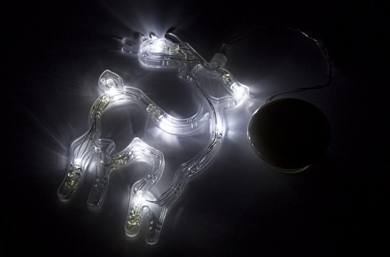 Фигура светодиодная Олененок на присоске с подвесом, БЕЛЫЙ501-016Фигура светодиодная выполнена из пластикового короба в форме Олененка внутри которого равномерно расположены 8 светодиодов белого цвета свечения. Фигура крепится на ровную гладкую поверхность на присоску, которая расположена на батарейном блоке на расстоянии 20 см от фигуры на подвесе. Питание осуществляется при помощи 3 батареек типа AAA.