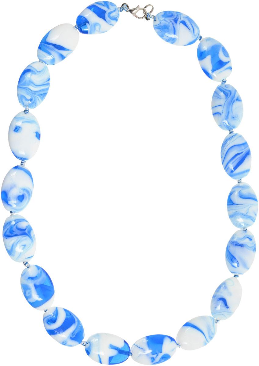 Бусы Vittorio Richi, цвет: белый, синий. 91522682vr91522682vrБусы Vittorio Richi выполнены из стекла. Бусины соединены между собой с помощью текстильной веревки. Изделие застегивается с помощью замка-карабина.