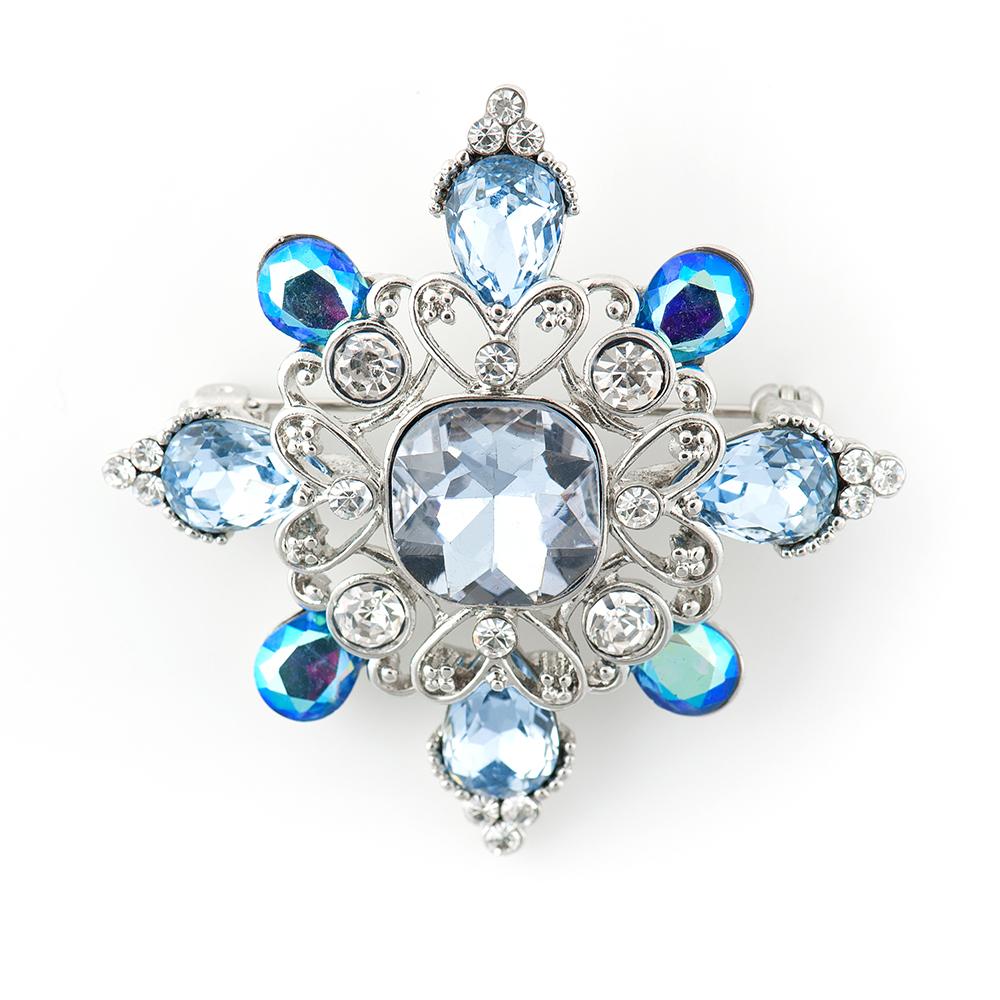 Брошь Selena, цвет: белый, голубой. 3002753030027530Элегантная брошь Selena изготовлена из латуни с кристаллами Preciosa. Гальваническое покрытие: родий. Стильная брошь поможет дополнить любой образ и привнести в него завершающий яркий штрих.