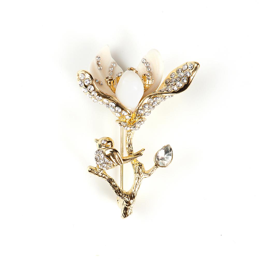 Брошь Selena, цвет: белый, золотистый. 3002765030027650Элегантная брошь Selena изготовлена из латуни с кристаллами Preciosa и керамикой. Гальваническое покрытие: золото. Стильная брошь поможет дополнить любой образ и привнести в него завершающий яркий штрих.