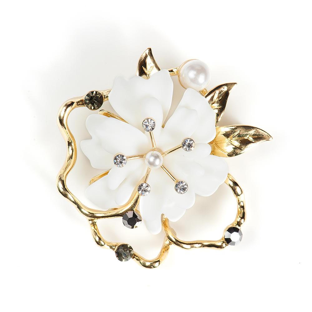 Брошь Selena, цвет: белый, золотистый. 3002771030027710Элегантная брошь Selena изготовлена из латуни с кристаллами Preciosa, искусственным жемчугом и керамикой. Гальваническое покрытие: золото. Стильная брошь поможет дополнить любой образ и привнести в него завершающий яркий штрих.