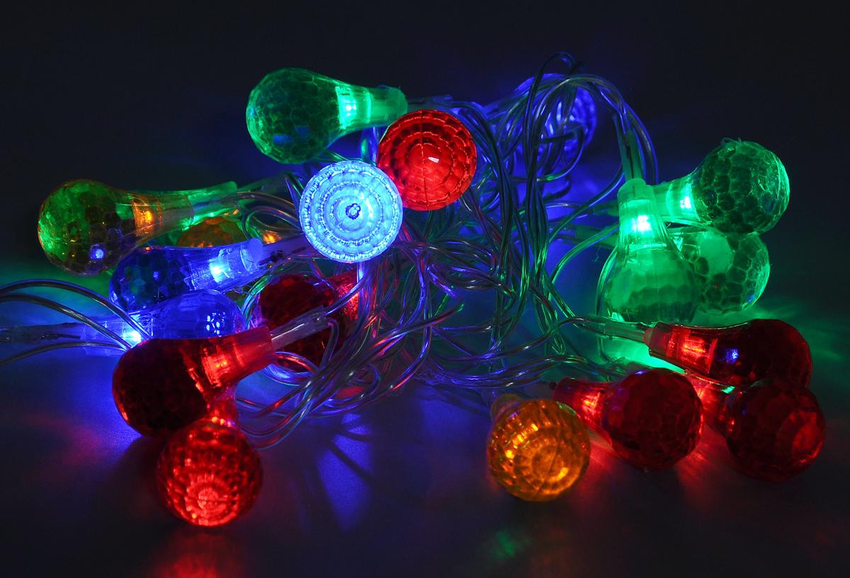 Гирлянда электрическая B&H Капельки, 20 разноцветных светодиодов, 2 мBH0402_капелькиЭлектрогирлянда B&H Капельки предназначена для внутреннего декоративного освещения. Изделие представляет собой гибкий провод, на котором расположены разноцветные светодиоды с насадками в форме капель. Гирлянда яркая и долговечная, имеет маленькое энергопотребление (в 10 раз меньше, чем у гирлянд с микролампами и минилампами). Гирлянда имеет 8 режимов мигания. Перегорание одной лампочки не приводит к неработоспособности гирлянды. Создайте в своем доме атмосферу веселья и радости, украшая новогоднюю елку яркими светодиодными гирляндами. Расстояние между светодиодами: 10 см. Размер лампы: 1,8 х 1,8 х 3 см. Длина шнура: 0,75 м. Длина гирлянды (без учета шнура питания): 2 м.