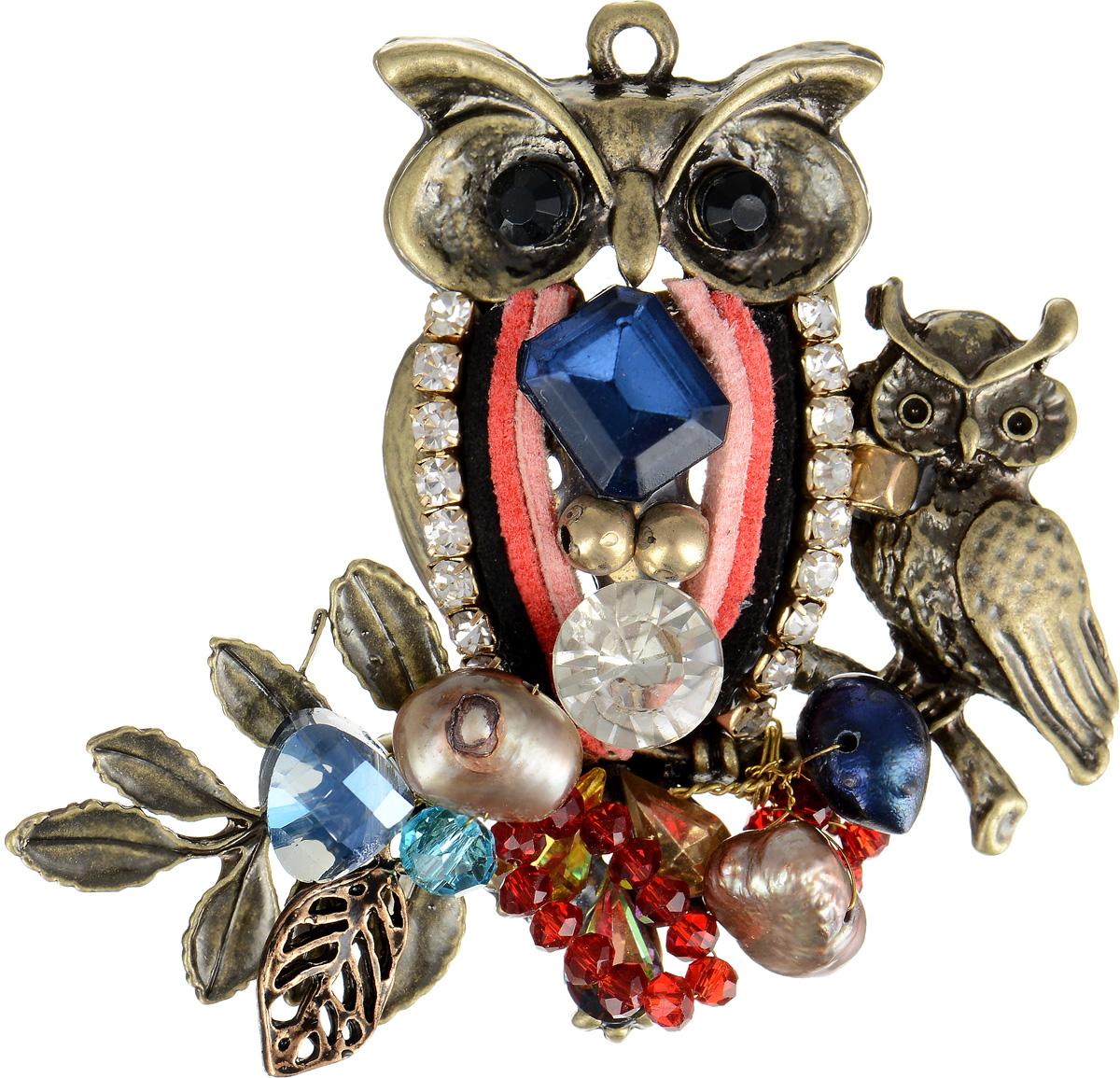 Брошь Selena Borgia, цвет: красный, розовый, синий. 3002719030027190Брошь Selena Borgia изготовлена из текстиля и латуни с гальваническим покрытием золотом с эффектом состаривания. Изделие выполнено в виде совы и совенка, инкрустировано кристаллами Preciosa и искусственным жемчугом. В коллекции Borgia испанские дизайнеры воплотили истинный дух Испании. Коллекция выполнена в стиле fashion, но особенность ее в том, что она сочетает в себе модные тенденции подиумов и состаренный стиль - благодаря покрытию цепочек и деталей украшений гальваникой методом антик. Украшения можно носить в любое время года, они уместны на празднике, на прогулке и на работе.