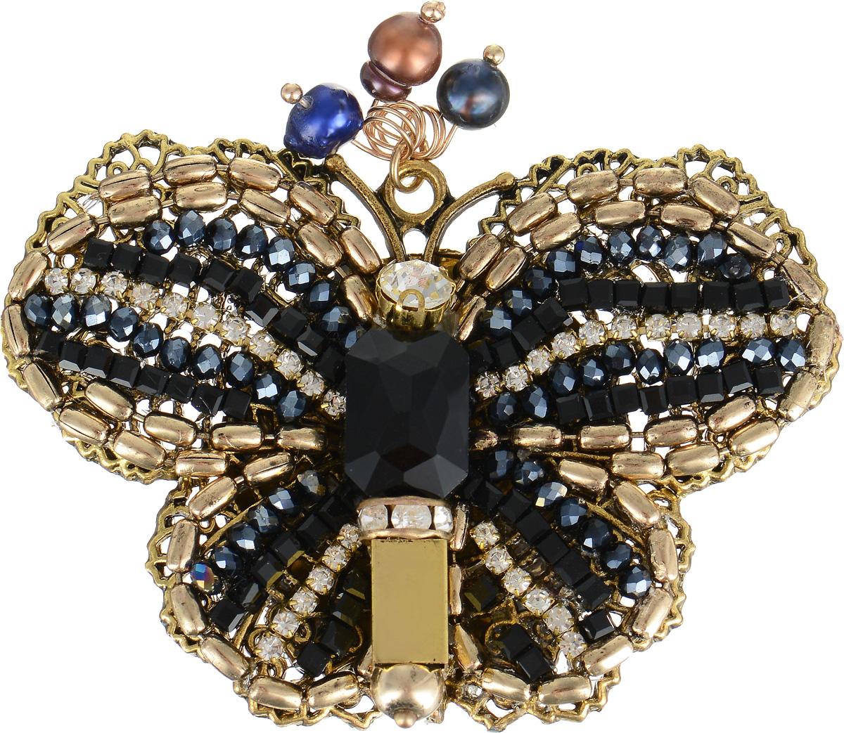 Брошь Selena Borgia, цвет: золотистый, синий. 3002720030027200Брошь Selena Borgia изготовлена из латуни с гальваническим покрытием золотом с эффектом состаривания. Изделие выполнено в виде роскошной бабочки, инкрустировано кристаллами Preciosa и искусственным жемчугом. В коллекции Borgia испанские дизайнеры воплотили истинный дух Испании. Коллекция выполнена в стиле fashion, но особенность ее в том, что она сочетает в себе модные тенденции подиумов и состаренный стиль - благодаря покрытию цепочек и деталей украшений гальваникой методом антик. Украшения можно носить в любое время года, они уместны на празднике, на прогулке и на работе.