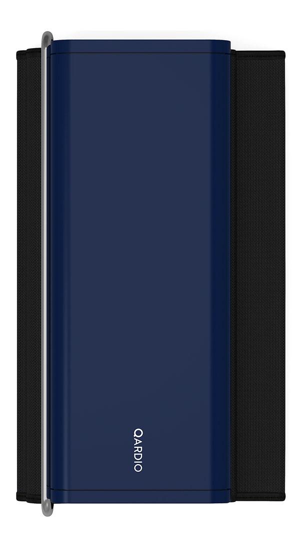 Qardio Прибор цифровой для измерения давления QardioArm Midnight Blue (A100-IMB)A100-IMBQardioArm - это изящный умный монитор артериального давления, транслирующий измерения давления и пульса на ваш смартфон на базе iOS или Android, используя беспроводной стандарт Bluetooth Smart. В связке с функциональным и качественно локализованным мобильным приложением QardioArm - это идеальный спутник для людей, тщательно следящих за состоянием своего здоровья. Компактный минималистичный дизайн, беспроводная синхронизация, совместимость с Apple Health, S Health и другими экосистемными решениями, специальные режимы для релаксации и более точных измерений, возможность автоматически отправлять данные вашему лечащему врачу и членам семьи - эти ключевые преимущества делают QardioArm самым удобным решением в сравнении с другими цифровыми тонометрами. Высокая точность измерений QardioArm измеряет ваше систолическое и диастолическое давление, пульс, и отслеживает наличие аритмии. Высокой точности монитора артериального давления QardioArm доверяют профессионалы. В отдельных случаях вы...