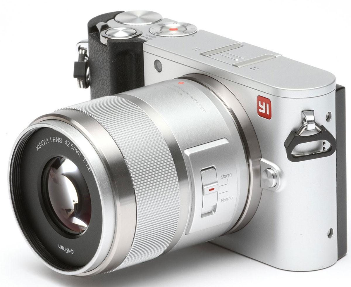 Xiaoyi Yi M1 42.5mm F/1.8, Silver цифровая фотокамера95016Беззеркальная цифровая камера Xiaoyi Yi M1 обеспечивает потрясающие фото благодаря использованию сенсору IMX269 от компании Sony с точной цветопередачей. Разрешение матрицы Yi M1 составляет 20 эффективных мегапикселей, на данных момент это отвечает самым высоким требованиям в стандарте крепления объектива Микро 4:3 (MFT), что гарантирует точную цветопередачу и высокую резкость изображения. Возможность записи видео в разрешение 4K со скоростью 30 кадров в секунду позволит оживить вашу фотографию и наполнить её жизнью! В меню настроек вы найдете основные параметры и дополнительные настройки, расширяющие ваши возможности. Автоматическая настройка: съемка, фокус, цвет, диафрагма, затвор, ISO, экспозиция, экспозамер, баланс белого. Скачайте приложение Master Guide на ваш телефон. Синхронизируйте фотоаппарат с вашим телефон для мгновенного доступа к фото. Технология Bluetooth устанавливает надежное соединение между камерой и ...