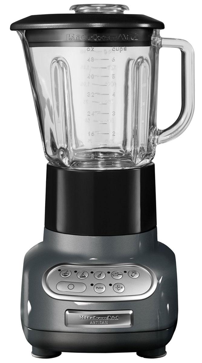KitchenAid 5KSB5553EMS, Silver блендер5KSB5553EMSБлендер KitchenAid Artisan 5KSB5553EMS позволяет не только приготовить пюре и перетереть ингредиенты, но также перемешивать, резать и взбивать разнообразные продукты или измельчать лед для коктейлей и других напитков. Это идеальный кухонный прибор, который пригодится вам в течение всего дня. Стеклянный кувшин может выдерживать большой диапазон температур, что позволяет обрабатывать как холодные, так и горячие ингредиенты. Он также устойчив к появлению царапин и пятен и не впитывает запахи. Более того, размер кувшина позволяет обработать за один раз большой объем продуктов - до 700 мл. Скорость легко переключается шестью кнопками. Кнопки расположены на сенсорной панели управления в порядке увеличения скорости, а сама панель легко моется, поскольку на ней отсутствуют какие-либо щели или неровности. Структуру перемешиваемых ингредиентов и степень их измельчения можно регулировать с помощью кнопки пульсации. Кнопку пульсации можно использовать...