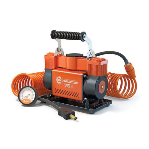 Компрессор автомобильный Агрессор AGR-75, металлический, двухпоршневой, производительность 75 л/мин, 12В, 300ВтAGR-75Производительность мощного двухпоршневого компрессора Агрессор AGR-75 составляет 75 л/мин. Характеристики компрессора позволяют быстро накачивать не только шины, но и резиновые лодки, матрацы, детские игрушки и многие другие вещи. Для накачивания различных надувных изделий в комплекте с компрессором поставляются несколько типов насадок на шланг, в том числе специальные переходники для накачивания лодок. Металлический корпус компрессора устойчив к коррозии и эффективно охлаждается во время работы. Каждый из двух поршней двигателя оснащен уплотнительным кольцом из гибкого жаропрочного тефлона, которые обеспечивают продолжительную безотказную работу насоса. Для смазки в компрессоре используется инновационное силиконовое масло. Оно сохраняет свои качества в течение всего срока службы изделия и не требует замены или доливки. Шланг компрессора изготовлен из полиуретана и поэтому не теряет эластичность даже при низких температурах. Насадка шланга покрыта термопластом, который...