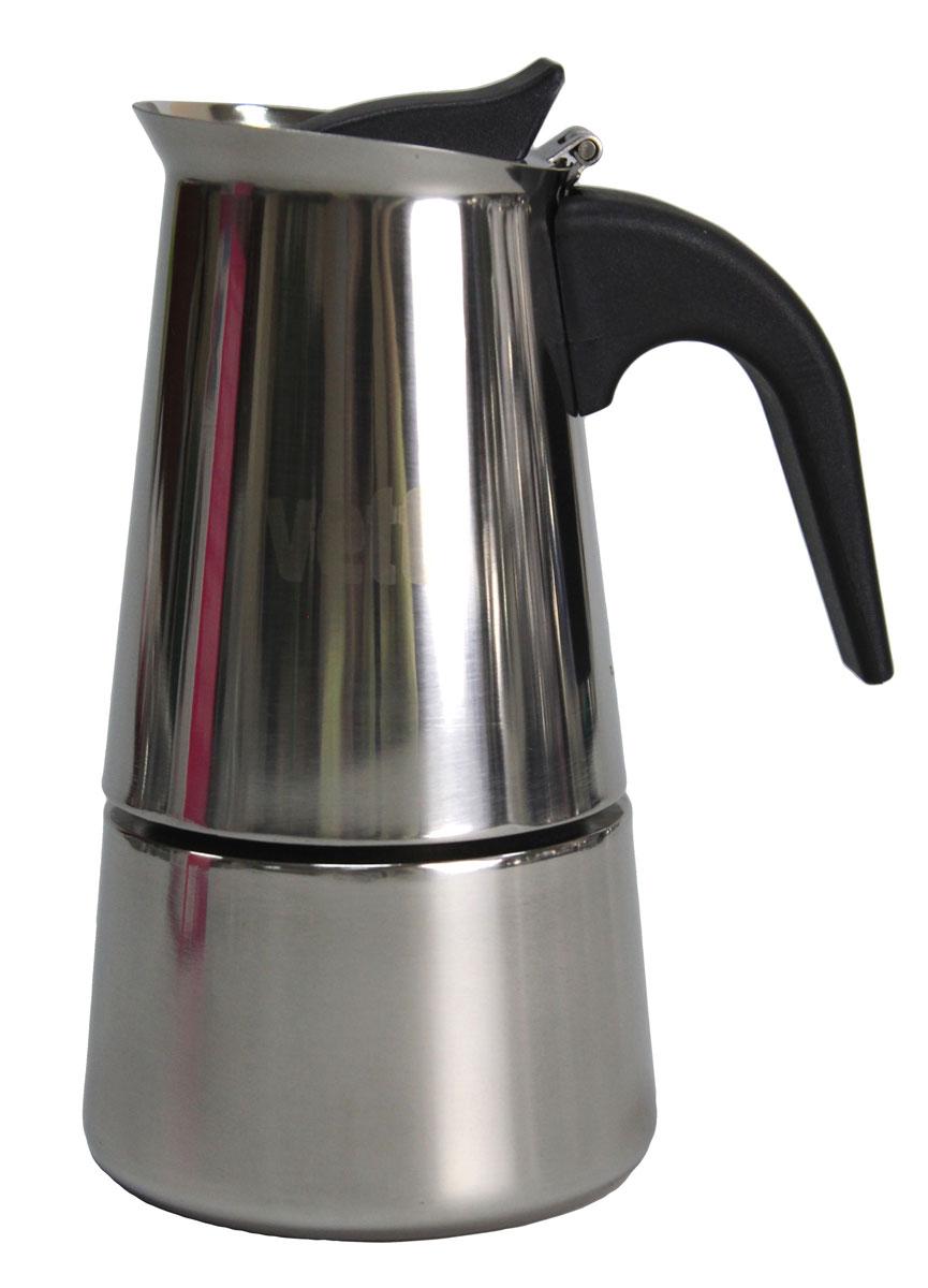 Кофеварка Vetta, гейзерная, 400 мл850130Гейзерная кофеварка такого типа была изобретена в 1827 году парижским ювелиром Ганде. В его кофеварке вода поднималась по трубке, вставленной в рукоятку, и распылялась над молотым кофе. Вскоре другой французский изобретатель Дюран усовершенствовал кофеварку Ганде таким образом, что кипяток стал подниматься по центральной трубке, а потом многократно распыляться над порошком кофе. Со временем конструкция гейзерных кофеварок усложнилась, в ней появились электронагревательные элементы, клапаны и подвижные шайбы, однако принцип ее действия остался тем же. Принцип работы различных моделей гейзерных кофеварок одинаков - кофе заваривается путем многократного прохождения горячей воды или пара через слой молотого кофе. Удобство такой кофеварки также в том, что вся кофейная гуща остается во втором контейнере. Гейзерные кофеварки пользуются большой популярностью благодаря изысканному аромату. Кофе получается крепкий и насыщенный.