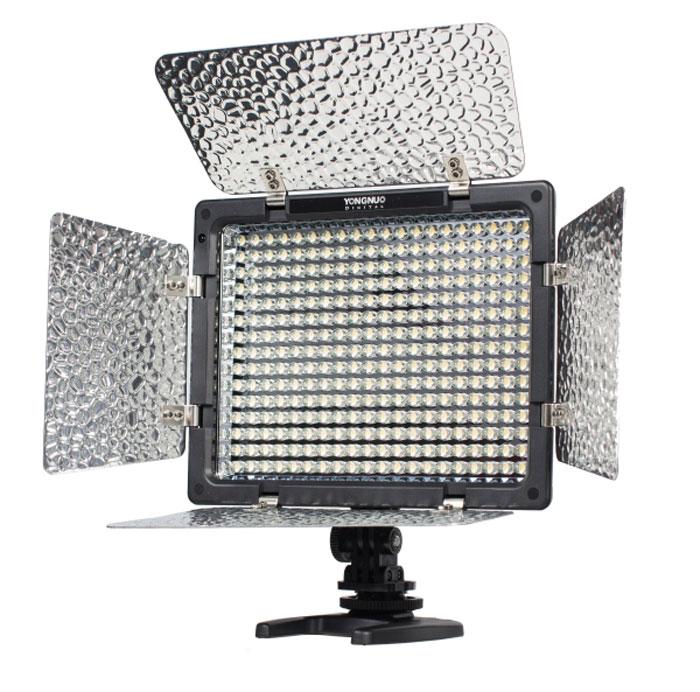 YongNuo LED YN-300 осветитель светодиодный для фото и видеокамер с дуYN-300Мощный профессиональный светодиодный светильник для любых фото или видеокамер на 300 ярких светодиодах. Для постоянного свечения. Питание от литий-ионных аккумуляторов серии Sony NP или их клонов. Ступенчатый цифровой регулятор яркости (диммер). Кронштейн для крепления к фото / видеокамере на горячий башмак.Ножка- подставка для установки на поверхность или на фотоштатив / фотостойку. Съемные цветовые фильтры для изменения цветовой температуры 5600K / 3200K. Есть пульт ДУ, которым не только можно регулировать яркость света на приборе, но и управлять затвором (спуском) камер Canon, Nikon,Sony и Pentax - для этого на пульте имеются отдельные кнопки. Световой поток: 2280 Лм Цветовая температура: 5500К Угол освещения: 55 градусов Дальность дистанционного управления: до 8 м