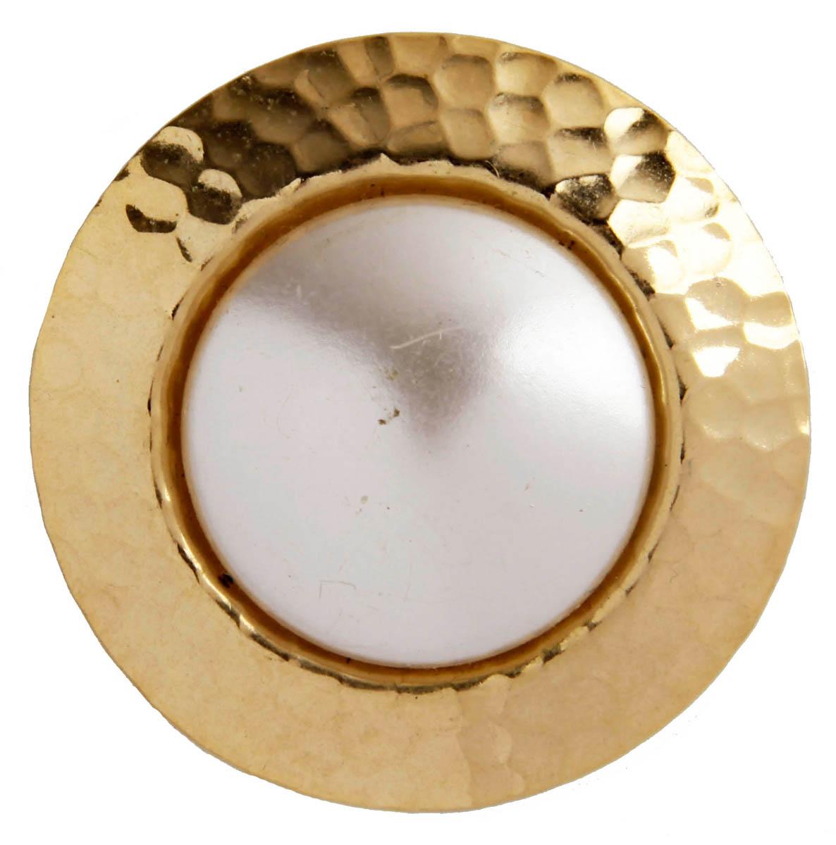 Зажим для платка Элегантность. Бижутерный сплав, имитация жемчуга. США, конец XX векаОС29327Зажим для платка Элегантность. Бижутерный сплав, имитация жемчуга. США, конец ХХ века. Размер 4,5 х 4,5 см. Сохранность хорошая. Предмет не был в использовании. Филигранный винтажный зажим выполнен из бижутерного сплава золотого тона. Очаровательное, притягивающее взгляды украшение. Снабжено удобной и надежной застежкой. Зажим для платка - отличное дополнение вашего наряда.