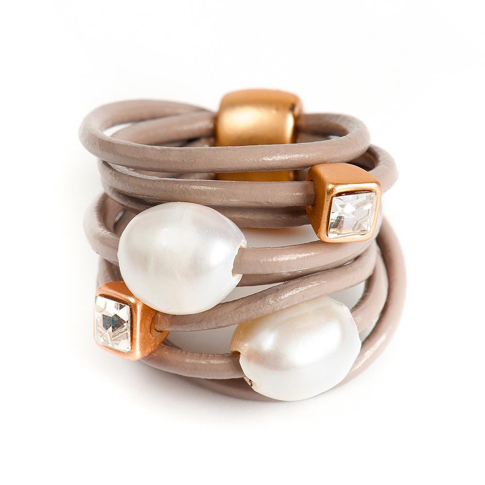 Кольцо Selena, цвет: бежевый, белый, золотистый. 60026197. Размер 1760026197Натуральная кожа, речной жемчуг, кристаллы Preciosa, латунь. Гальваническое покрытие матовое золото., размер Кольцо 17