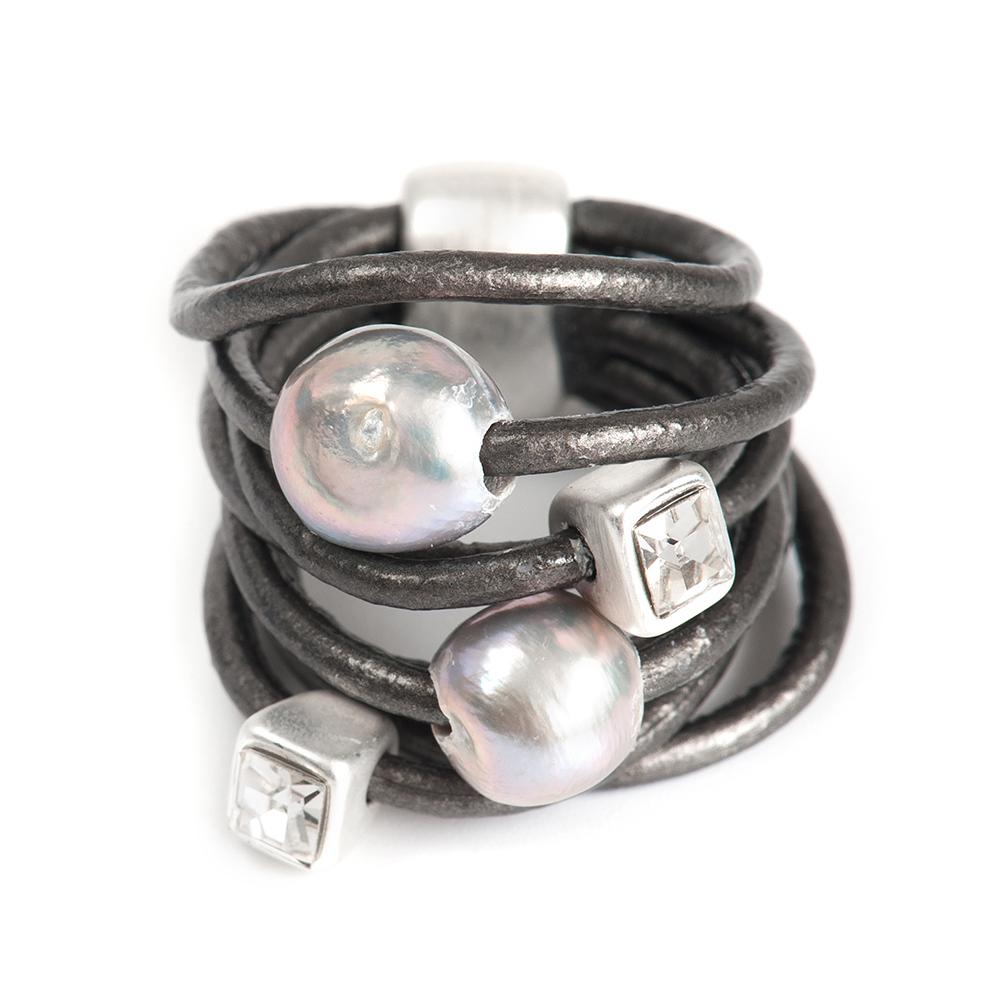 Кольцо Selena, цвет: серый. 60026208. Размер 1860026208Натуральная кожа, речной жемчуг, кристаллы Preciosa, латунь. Гальваническое покрытие матовый родий., размер Кольцо 18