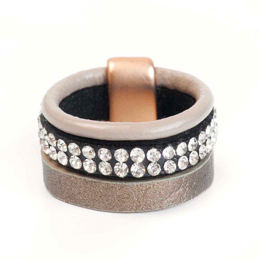 Кольцо Selena, цвет: бежевый, золотистый, черный. 60026247. Размер 1760026247Натуральная кожа, кристаллы Preciosa, латунь. Гальваническое покрытие матовое золото., размер Кольцо 17