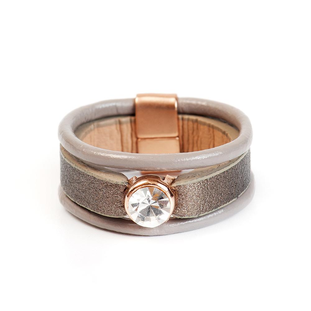 Кольцо Selena, цвет: бежевый, золотистый. 60026327. Размер 1760026327Натуральная кожа, кристаллы Preciosa, латунь. Гальваническое покрытие матовое золото., размер Кольцо 17