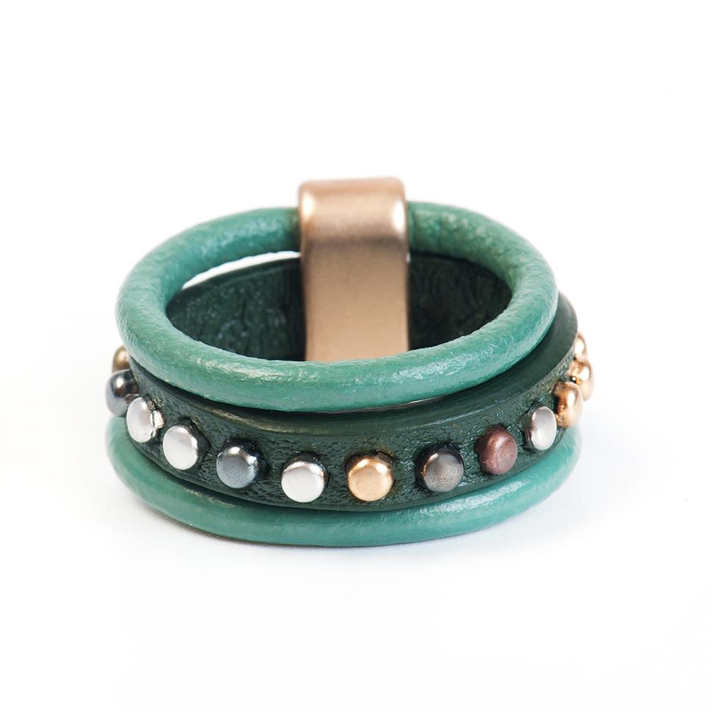 Кольцо Selena, цвет: зеленый, золотистый. 60026337. Размер 1760026337Натуральная кожа, латунь. Гальваническое покрытие матовое золото., размер Кольцо 17