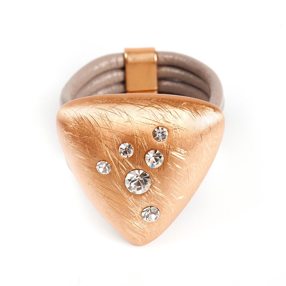 Кольцо Selena, цвет: бежевый, золотистый. 60026357. Размер 1760026357Натуральная кожа, кристаллы Preciosa, латунь. Гальваническое покрытие матовое золото., размер Кольцо 17