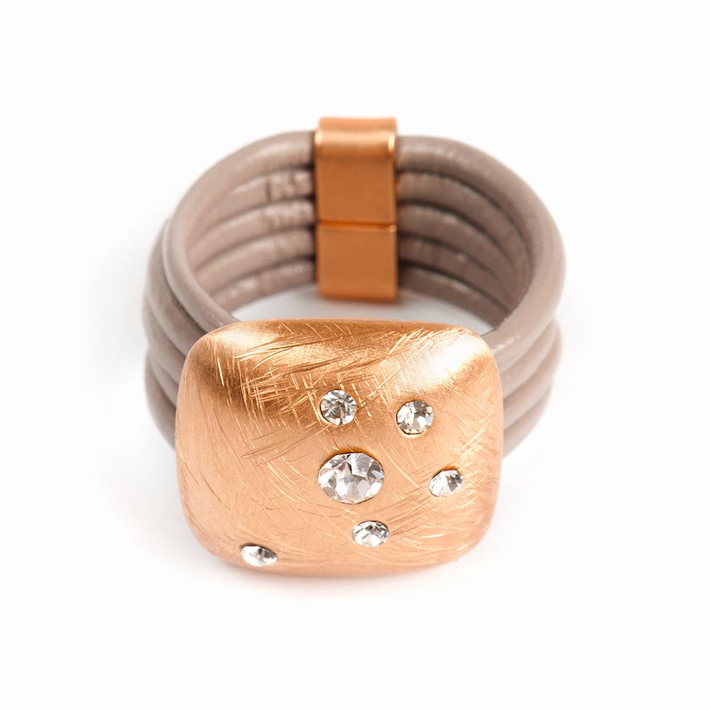 Кольцо Selena, цвет: бежевый, золотистый. 60026378. Размер 1860026378Натуральная кожа, кристаллы Preciosa, латунь. Гальваническое покрытие матовое золото., размер Кольцо 18