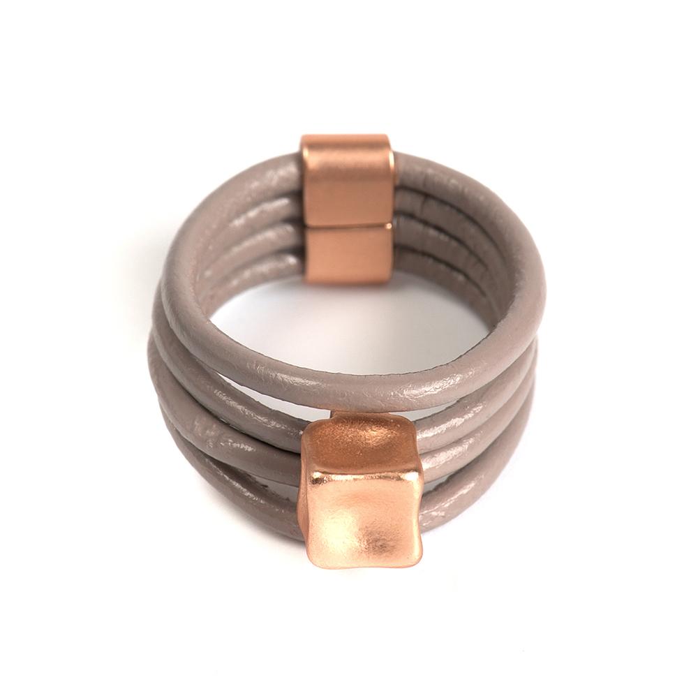 Кольцо Selena, цвет: бежевый. 60026417. Размер 1760026417Натуральная кожа, латунь. Гальваническое покрытие матовое золото., размер Кольцо 17