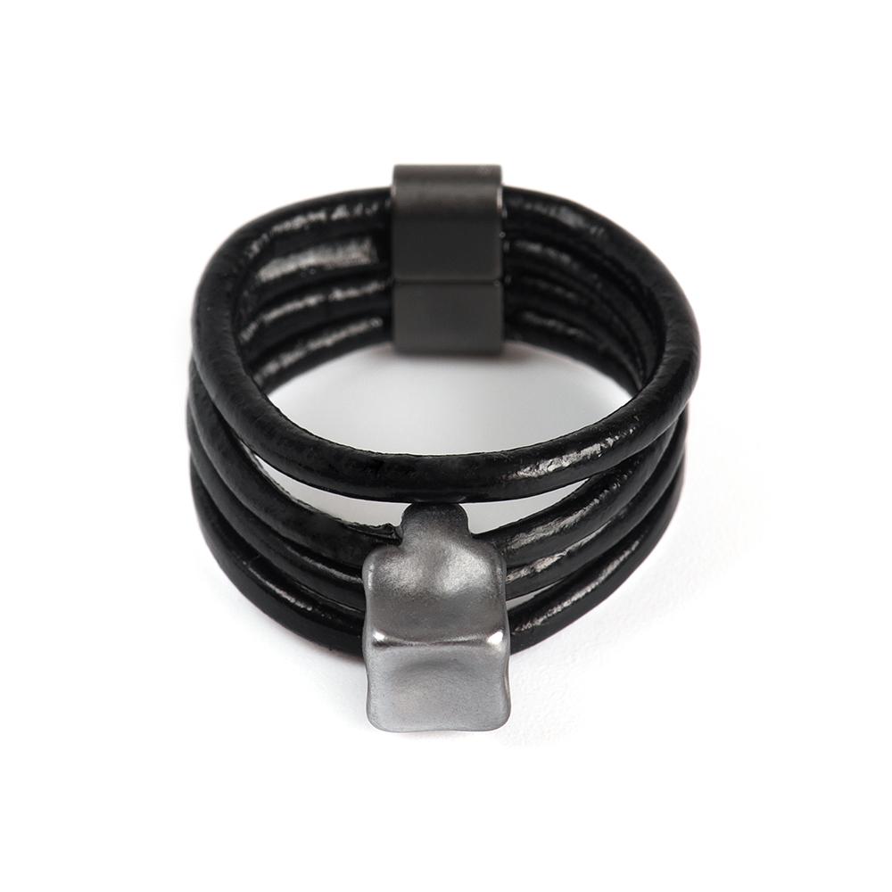 Кольцо Selena, цвет: серебристый, черный. 60026438. Размер 1860026438Натуральная кожа, латунь. Гальваническое покрытие матовый родий., размер Кольцо 18