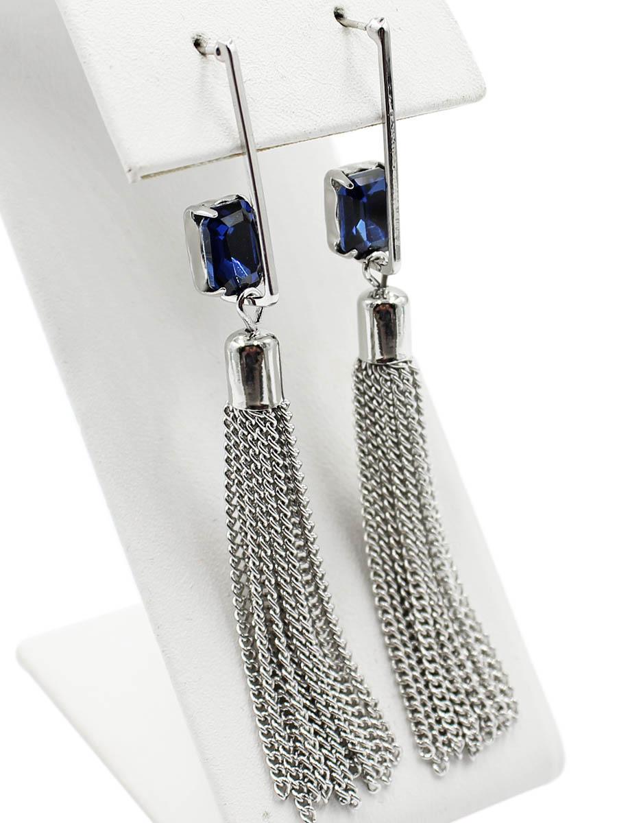 Серьги Taya, цвет: серебристый, темно синий. T-B-12478T-B-12478-EARR-SL.D.BLUEСерьги-гвоздики с заглушкой металл-пластик. За серебряной скобой прячется изумительный синий кристалл. Подвески-цепочки мягко и волнующе струятся. Размеры: длина серьги 7,0 см, ширина 0,5 см.