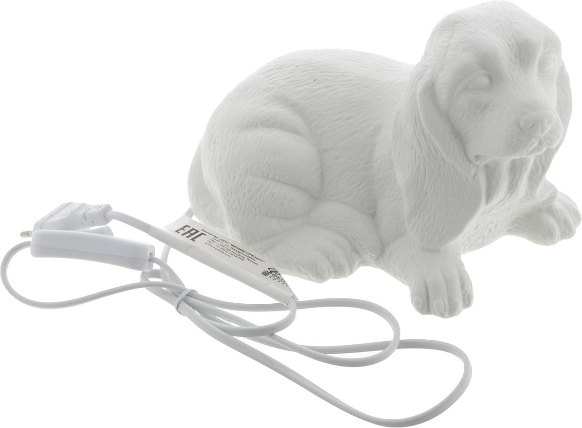 Лампа настольная Феникс-Презент Собака, 21 х 12,5 х 15 см41619Оригинальная настольная лампа Феникс-Презент Собака изготовлена из фарфора. Включение производится механически с помощью кнопки. Лампочка легко меняется. Длина провода: 145 см. Питание: от розетки. Напряжение: 220 В. Частота: 50 Гц. Размер лампы: 21 х 12,5 х 15 см.