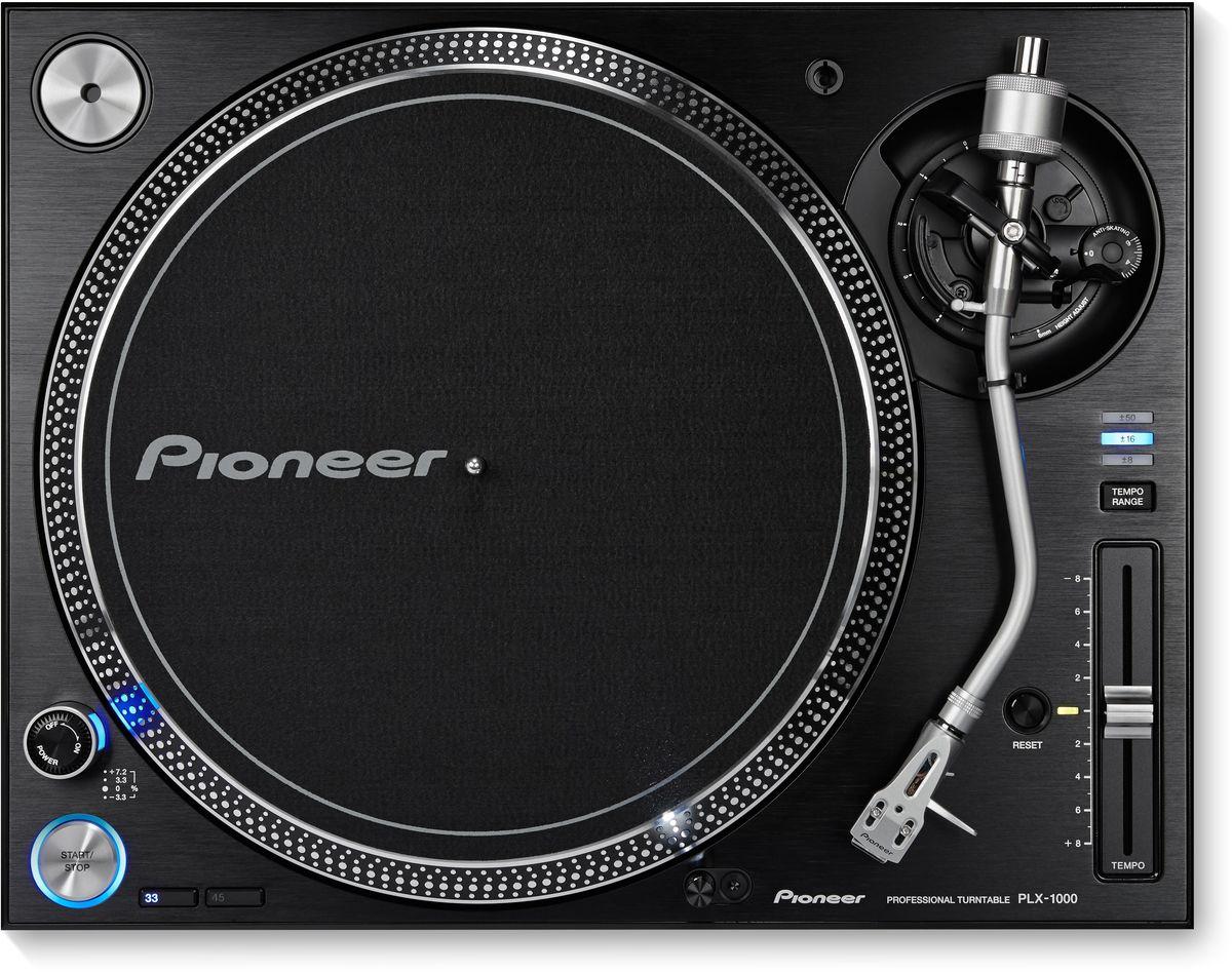 Pioneer PLX-1000 проигрыватель виниловых дисков профессиональный354119Pioneer PLX-1000 разработан специально для диджеев с учетом полувекового опыта Pioneer в производстве высококачественных виниловых проигрывателей. В результате чего был создан знакомый всем прибор с инновационными функциями: прямым приводом с быстрым стартом, переключением диапазона питча, профессиональным качеством звука и сборки, а также отсоединяемыми кабелями. Конструкция этого проигрывателя виниловых пластинок Pioneer прекрасно поглощает вибрацию и позволяет с большой точностью воспроизводить высококачественное аудио. Усовершенствования последнего поколения, внесенные в PLX-1000, — огромный плюс для профессиональных диджеев и любителей винила. Благодаря прямому приводу и начальному крутящему моменту в 4,5 кг/см, ваши пластинки наберут скорость вращения в 33 1/3 оборотов в минуту всего за треть секунды. Это гарантия стабильного вращения и исключительное управление. Чтобы импеданс был низким, а качество звука на выходе — потрясающим, PLX имеет...