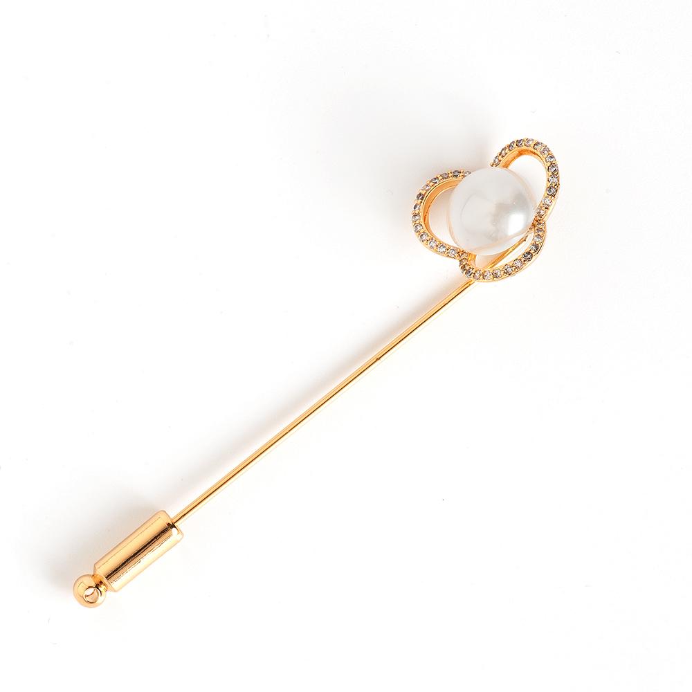 Брошь Selena, цвет: белый, золотистый. 3002819030028190Натуральный перламутр, циркон, латунь. Гальваническое покрытие: желтое золото., длина броши 7 см диаметр цветка 1.8 см