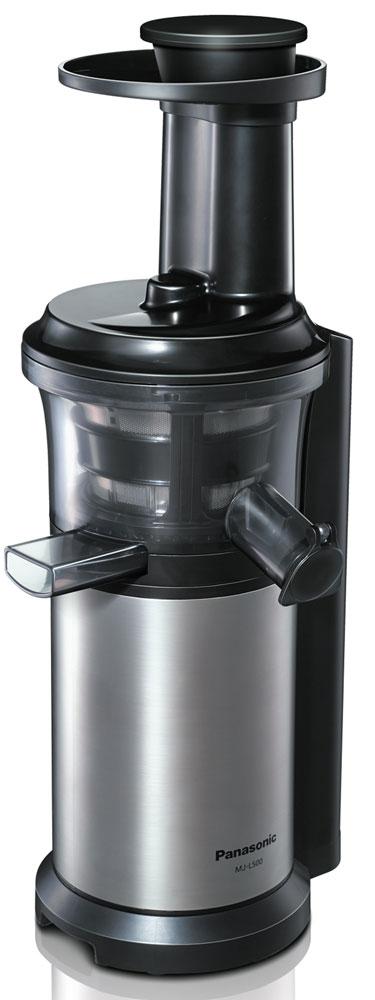 Panasonic MJ-L500NTQ шнековая соковыжималкаMJ-L500NTQС соковыжималкой Panasonic MJ-L500 вы получите однородный сок с насыщенным вкусом, богатый питательными веществами. С помощью насадки для замороженных фруктов и овощей можно готовить полезные для здоровья десерты. Благодаря невысокой скорости вращения шнека - 45 об/мин., питательные вещества не разрушаются в результате нагрева при трении. Это высокоэффективный способ получения питательных веществ. Вы можете отжимать сок как из твердых, так и из мягких фруктов и овощей, поскольку нижняя часть шнека изготовлена из нержавеющей стали. На носике чаши соковыжималки предусмотрена специальная прорезиненная крышка Анти-капля. Поверх сетки соковыжималки надевается специальная силиконовая щетка. Во время работы прибора щетка вращается автоматически, удаляя мякоть с поверхности сетки, не позволяя фильтру забиться. Прорезиненные ножки обеспечивают дополнительную устойчивость прибору. Автоматическая самоочистка ...