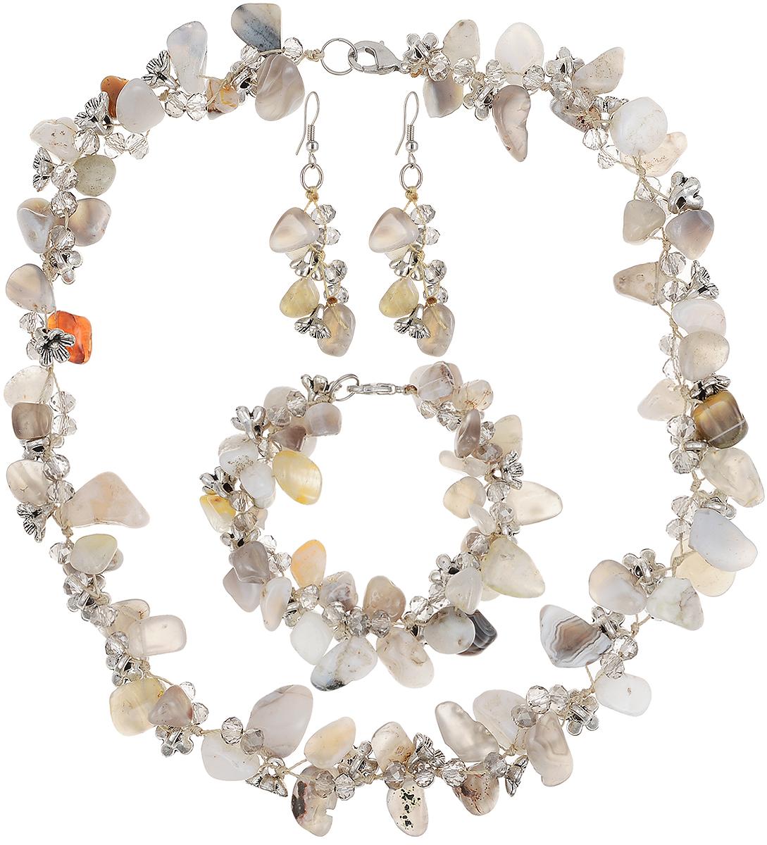 Комплект бижутерии Art-Silver: ожерелье, браслет, серьги, цвет: серый. СМЦ36-6-956СМЦ36-6-956Великолепный комплект бижутерии Art-Silver состоит из оригинального ожерелья, сережек и браслета. Изделия выполнены из бижутерного сплава, камня халцедона и кристаллов. Серьги дополнены удобным замком-петлей, что обеспечивает надежное удержание серьги. Колье застегивается на застежку-карабин. Браслет так же застегивается на замок-карабин.