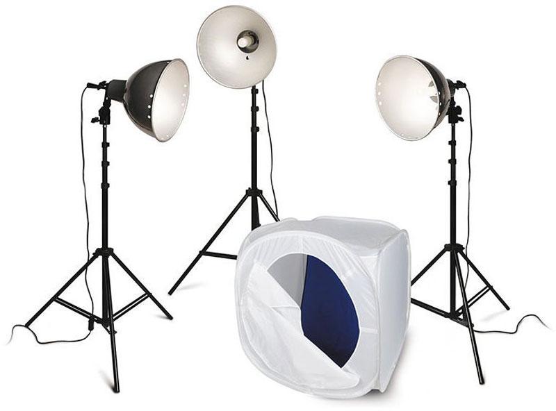 Rekam Light Macro Kit комплект с лайт-кубом 75х75х75 см1519000015Комплект Rekam Light Macro Kit состоит из трех нерегулируемых по мощности галогенных ламп по 250 Вт с цветовой температурой 3200 °К, трех легких штативов, трех рефлекторов, и одного лайт-куба 75х75х75 см. Отличительной чертой входящих в комплект осветителей является конструкция крепежного узла патрона, который позволяет менять угол светового потока и имеет крепления для вставки фото зонта, с диаметром ножки до 9 мм. Керамические патроны рассчитаны на длительный срок службы при высоких температурах. Данный комплект предназначен для съемки небольших предметов, бюстовых портретов, фотографий на документы или виньетки. Благодаря небольшим размерам и легкости, комплект удобен для выездной съемки, и съемки фото- и видео в домашних условиях. Благодаря простоте использования, комплект может служить отличным учебным оборудованием для начинающих фотографов, приступающих к работе с постоянным светом.