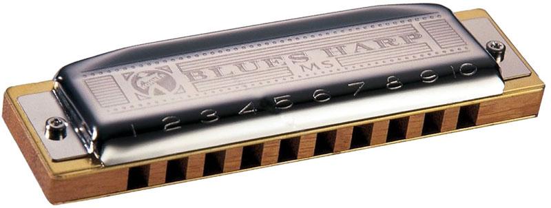 Hohner Blues Harp 532/20 MS A (M533106X) губная гармошкаDNT-16522Губная гармоника Hohner Blues Harp 532/20 MS A это единственный представитель MS серии с деревянным корпусом. Несмотря на то, что к деревянной гребенке платы крепятся при помощи двух винтов, эта модель сохраняет характерный хрипловато-шершавый тембр, который характерен для инструментов с деревянным корпусом. Инструмент подходит как начинающим, так и профессиональным исполнителям. Гармошка изготовлена из дерева дуссие. Оно произрастает в Западной Африке. Это одна из недорогих местных пород. Древесина дуссие имеет ровную, крупную текстуру, средний блеск и неравномерные, спутанные волокна. Затейливые переплетения волокон придают изделиям из этого дерева особую элегантность. 20 язычков Количество отверстий: 10 Платы: медь (0,9 мм) Корпус: дерево Тональность: А