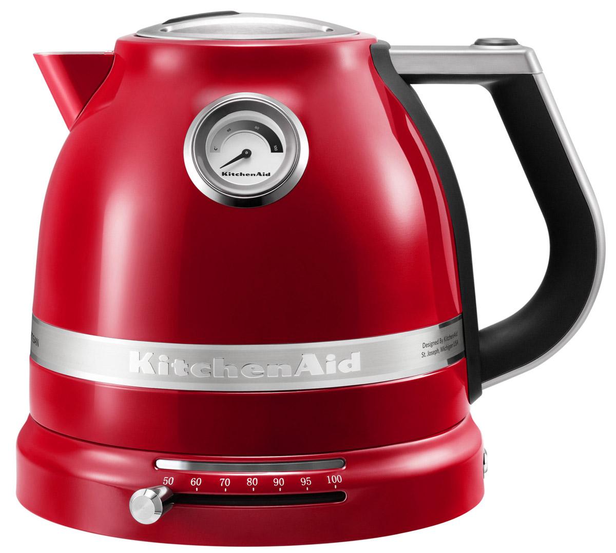 KitchenAid Artisan (5KEK1522EER), Red электрочайник5KEK1522EER RedЭлектрический чайник KitchenAid ARTISAN объемом 1,5 литра - это новое слово в бытовой технике. Великолепные формы, эргономичность и элегантность - лучший образец, который обязательно должен быть на любой кухне. Выпить чашку чая с KitchenAid ARTISAN - это доставить себе истинное наслаждение и удовольствие. Ценители чайного напитка прекрасно знают, что каждый вид чая требует своей температуры воды. Но добиться нужного нагрева с обычной моделью было невероятно сложно. Теперь все изменилось: с двустенным электрическим чайником KitchenAid ARTISAN объемом 1,5 литра вы можете: выбирать нужную температуру нагрева от 50 до 100 градусов; поддерживать воду горячей в течение всей чайной церемонии; видеть температуру воды даже тогда, когда чайник не стоит на своей платформе; не ждать любимого напитка дольше положенного - этот прибор нагревает воду моментально.