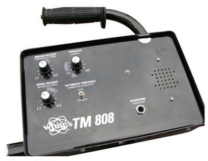 Металлодетектор Whites TM 808800-0320Whites TM 808 (глубинник) позволяет искать как металлические предметы, так и пустоты в грунте. Невысокая рабочая частота специально выбрана для поиска сокровищ и эффективной отстройки от грунта для повышения глубины обнаружения. Благодаря наличию автоподстройки порога можно быстро покрывать большие пространства, а при ручной подстройке - производить точную локализацию объекта. Режимы работы: статический динамический поиск всех металлов Функционал и управление: переключатель режимов/ выключатель регулятор отстройки от грунта регулятор порога регулятор баланса сигнала кнопка подстройки в рукоятке переключатель режимов подстройки принцип действия: VLF. рабочая частота: 6,6 кГц. поисковые рамки: 25 х 41 см. предельная чувствительность металлоискателя Whites TM 808: 4-6 м (в зависимости от величины объекта)