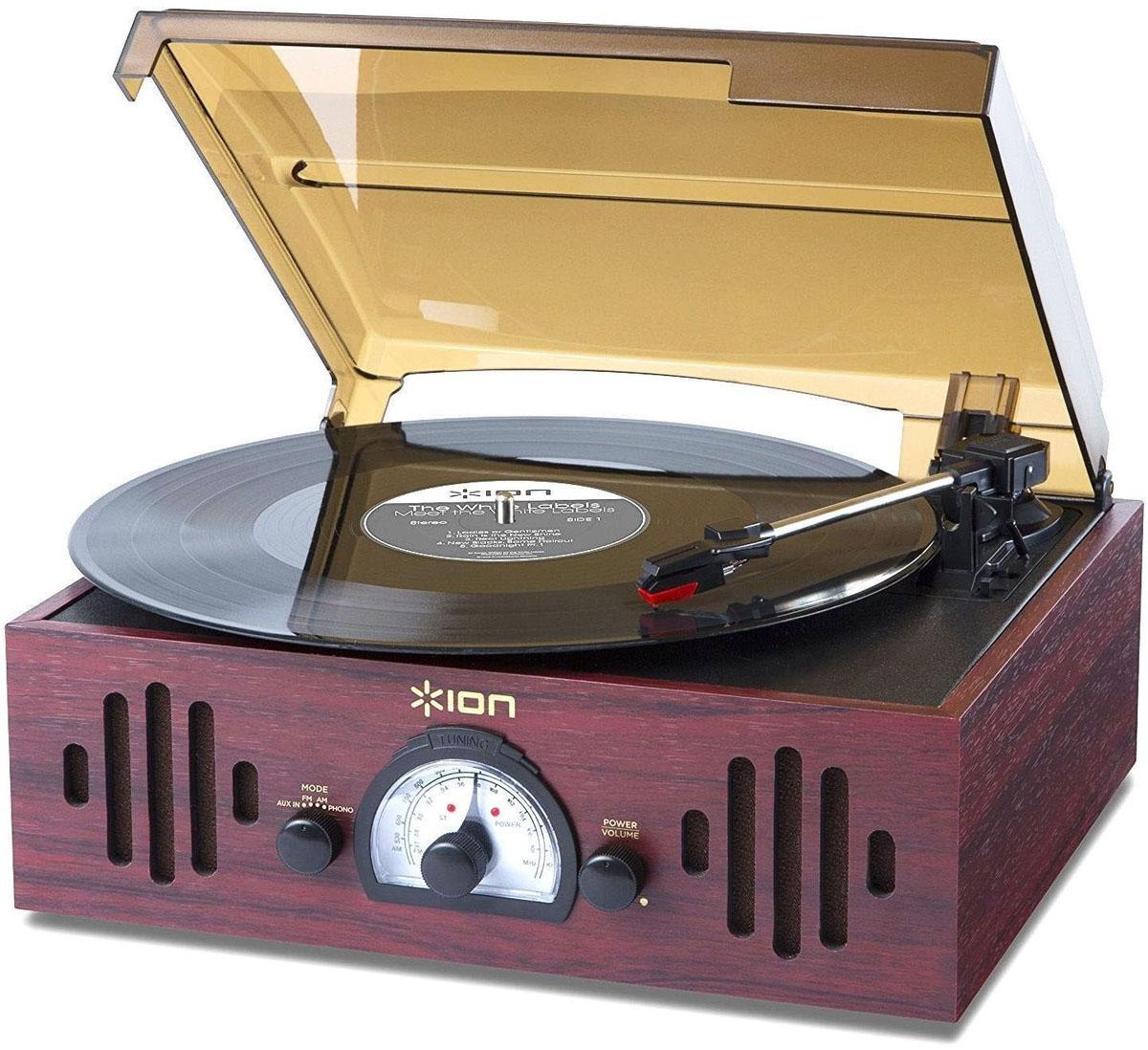ION Audio Trio LP, Bordeaux проигрыватель виниловых дисковIONtrioВиниловый проигрыватель ION Audio Trio LP имеет форму чемоданчика и ретро-дизайн, выполненный в стиле проигрывателей 1950-х годов. Три функции в одном устройстве: проигрыватель винила любимой музыки, встроенные динамики, радио с диапазоном FM/AM. Trio LP воспроизводит чистый и качественный звук через встроенные динамики. Окунитесь в ретро-классику вместе с изысканным проигрывателем ION Audio Trio LP.