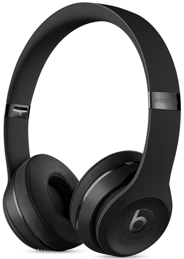 Beats Solo3 Wireless Special Edition, Black наушникиMP582ZE/AНаушники Beats Solo3 могут работать до 40 часов без подзарядки, чтобы вы могли пользоваться ими каждый день. 5-минутной зарядки Fast Fuel хватит ещё на 3 часа воспроизведения. Фирменное звучание Beats в наушниках с технологией Bluetooth класса 1 будет сопровождать вас повсюду — куда бы вы ни отправились. Расположение чашек с мягкими амбушюрами можно регулировать — вы сможете носить их целый день. Беспроводные наушники готовы к работе в любой момент. Включите их и поднесите к своему iPhone — они мгновенно подключатся к нему, а заодно и к вашим Apple Watch, iPad и Mac. В Solo3 с технологией Bluetooth класса 1 вы сможете слушать музыку где бы вы ни были. Неотъемлемая черта Beats Solo3 — знаменитое звучание Beats. Точная настройка акустической системы обеспечивает чистое сбалансированное звучание в широком диапазоне. Мягкие удобные чашки блокируют внешние шумы и позволяют вам услышать все оттенки любимой музыки. В беспроводных наушниках с...