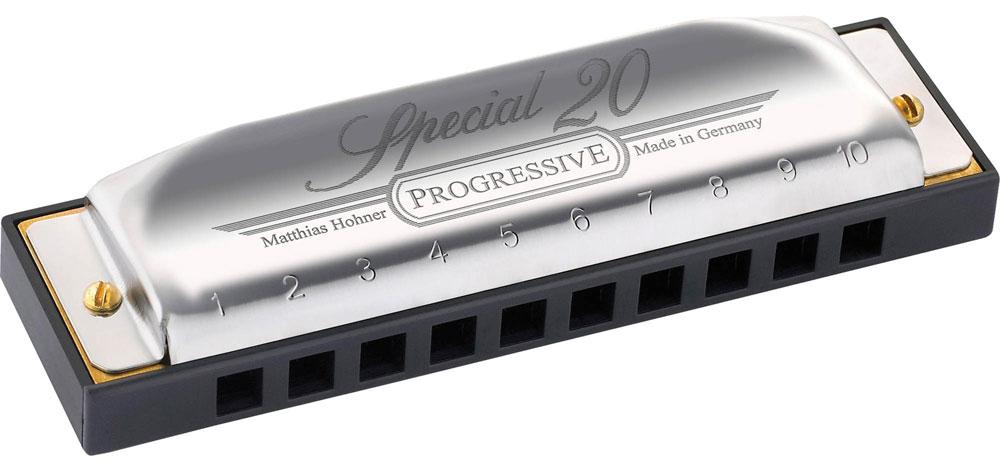Hohner Special 20 560/20 D (M560036X) губная гармошкаDNT-16528Hohner Special 20 560/20 - идеальная гармошка для исполнения музыки в стилях фолк и кантри. Корпус из черного пластика, медные язычки, закрепленные шестью болтами для максимальной воздухонепроницаемости, позволяют получать теплый мягкий звук. Richter - это мажорный диатонический строй. Этот строй назван по фамилии мастера, который изготовил образец гармошки с десятью отверстиями и двадцатью язычками (раздельными для вдоха и выдоха), установленными в деревянном корпусе. Предложенный Рихтером вариант настройки с использованием диатонического звукоряда стал стандартным для настройки диатонических губных гармошек с 10 отверстиями. 20 медных язычков Строй: мажор Вид: диатоническая Количество отверстий: 10 Платы: медь (0,9 мм) Корпус: ABS пластик Материал крышки: нержавеющая сталь Тональность: D Длина: 10,5 см