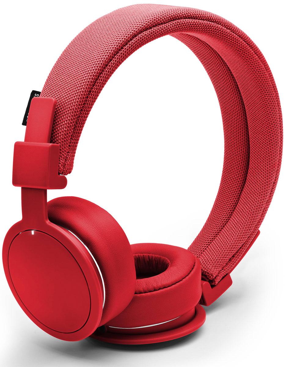 Urbanears Plattan ADV, Tomato наушники15118792Plattan ADV - это первые Bluetooth-наушники в ассортименте Urbanears. Они оснащены встроенным микрофоном, имеют световой индикатор состояний на чашке излучателя и готовы работать 14 часов без подзарядки. Передвигайтесь свободно, принимайте звонки и слушайте музыку на ходу без путающихся проводов. Нет кабеля - нет проблем! Plattan ADV оснащены съёмным оголовьем и амбушюрами, которые можно подвергать машинной стирке вместе с одеждой. Всегда свежие впечатления даже от знакомой музыки! ZoundPlug - это разъём, позволяющий поделиться вашей музыкой с другом. Просто подключите его наушники к вашим Plattan ADV Wireless через свободный порт.