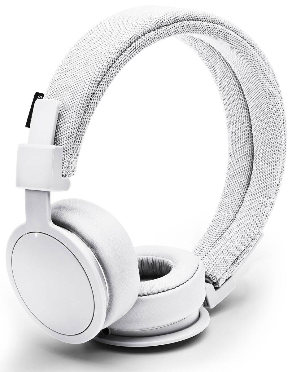 Urbanears Plattan ADV, True White наушники15118791Plattan ADV - это первые Bluetooth-наушники в ассортименте Urbanears. Они оснащены встроенным микрофоном, имеют световой индикатор состояний на чашке излучателя и готовы работать 14 часов без подзарядки. Передвигайтесь свободно, принимайте звонки и слушайте музыку на ходу без путающихся проводов. Нет кабеля - нет проблем! Plattan ADV оснащены съёмным оголовьем и амбушюрами, которые можно подвергать машинной стирке вместе с одеждой. Всегда свежие впечатления даже от знакомой музыки! ZoundPlug - это разъём, позволяющий поделиться вашей музыкой с другом. Просто подключите его наушники к вашим Plattan ADV Wireless через свободный порт.