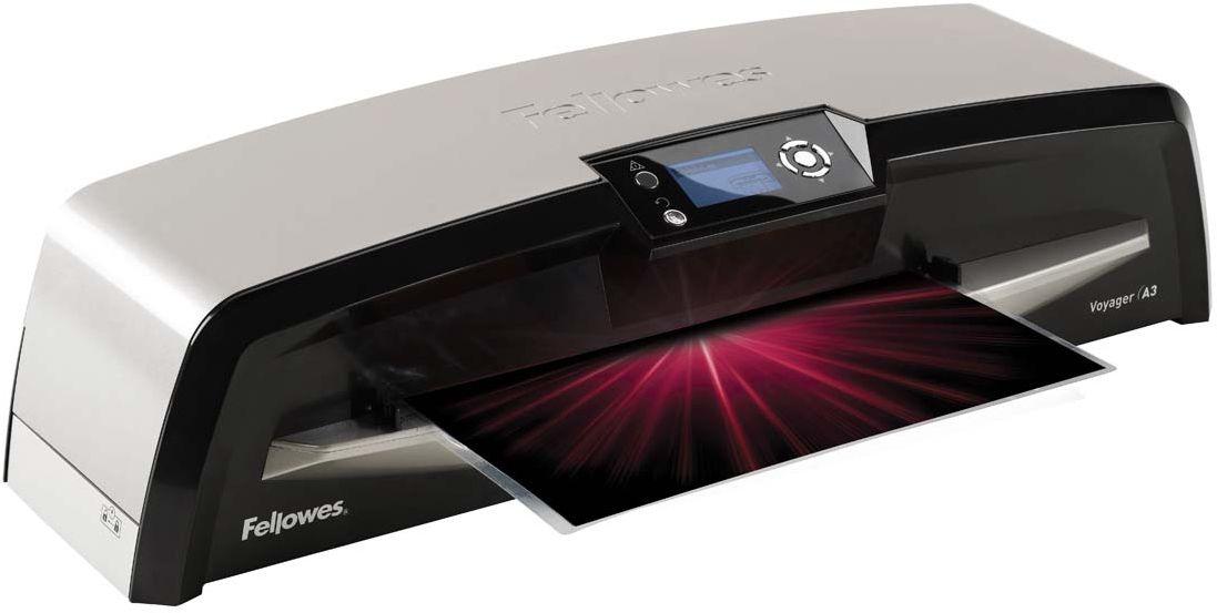Fellowes Voyager A3 автоламинаторFS-57042Ламинатор Voyager A3 идеален для интенсивной работы в большом офисе. Благодаря новой технологии - Ременное Ламинирование, при котором документ проходит от точки входа до точки выхода, постоянно находясь между гибкими ремнями-пластинами, пользователь получает идеально заламинированный документ. Уникальная технология AutoLam™ исключает этап настройки ламинатора под каждую толщину пленки. Система автоматически определяет оптимальные настройки скорости и температуры для ламинируемой заготовки. Сенсор CleanMe сигнализирует о необходимости чистки ламинатора. Сенсор самостоятельно сканирует механизм на наличие пыли или остатков клея и, в случае их обнаружения, подает сигнал на LCD экран ламинатора. Невиданная простота обслуживания ламинатора обеспечивается технологией Easi-Access. Функция авто-реверса гарантирует исключение замятия даже в случае неверной подачи документа. Эксклюзивная технология HeatGuard™ позволяет безбоязненно дотрагиваться до ламинатора, не боясь обжечься. LCD экран...