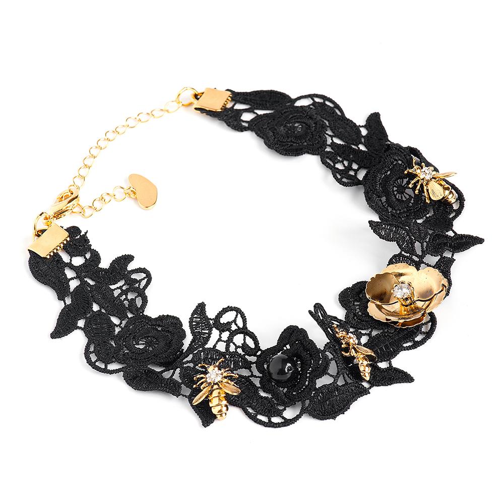 Колье женское Selena, цвет: золотистый, черный. 1010430110104301Текстиль, кристаллы Preciosa, искусственный жемчуг, латунь. Гальваническое покрытие: золото., чокер дина 30-40 см ширина 3 см