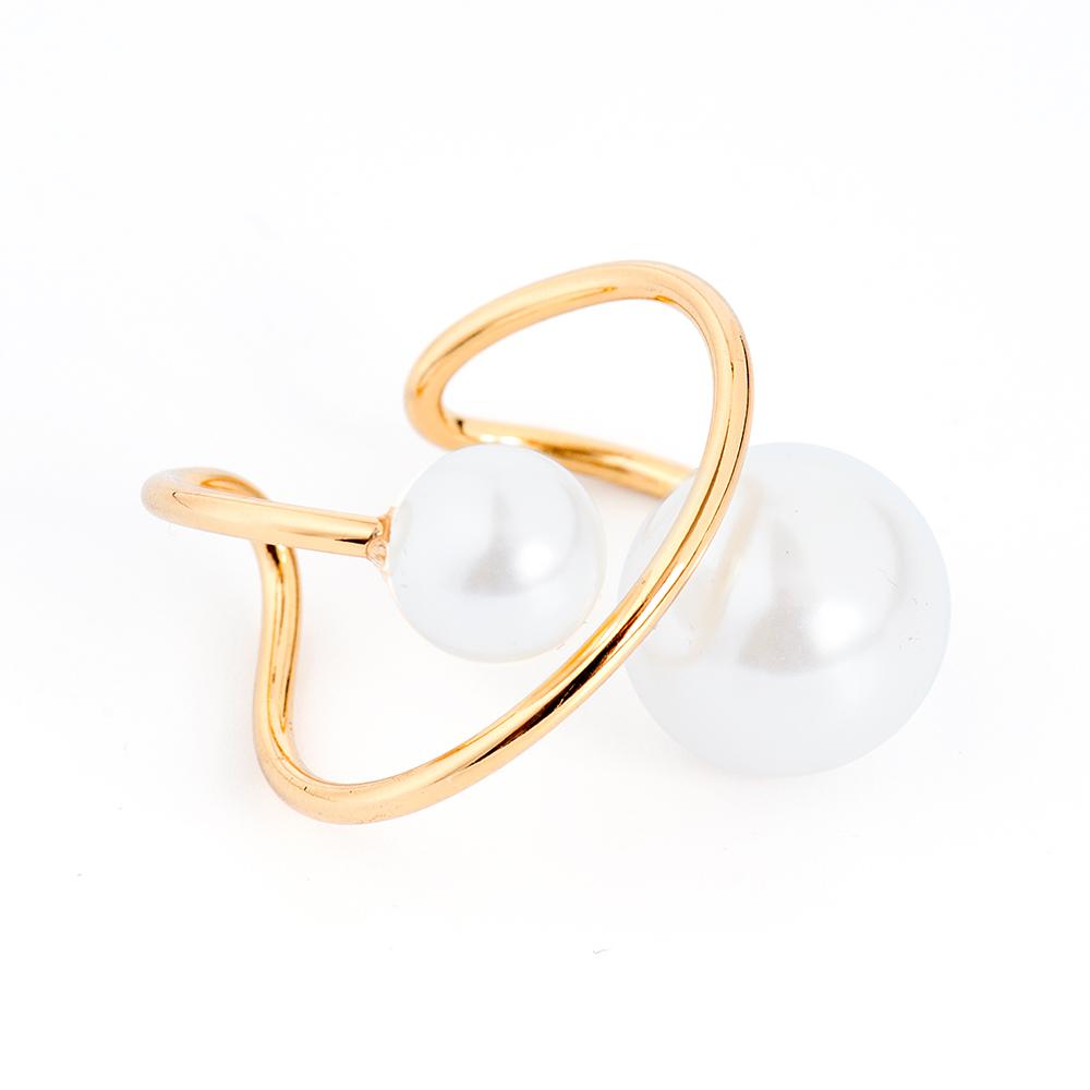 Кольцо Selena, цвет: белый, золотистый. 6002613060026130Оригинальное кольцо Selena выполнено из латуни с гальваническим покрытием золотом. Кольцо декорировано искусственным жемчугом. Элегантное кольцо Selena превосходно дополнит ваш образ и подчеркнет отменное чувство стиля своей обладательницы. Размер кольца регулируется.