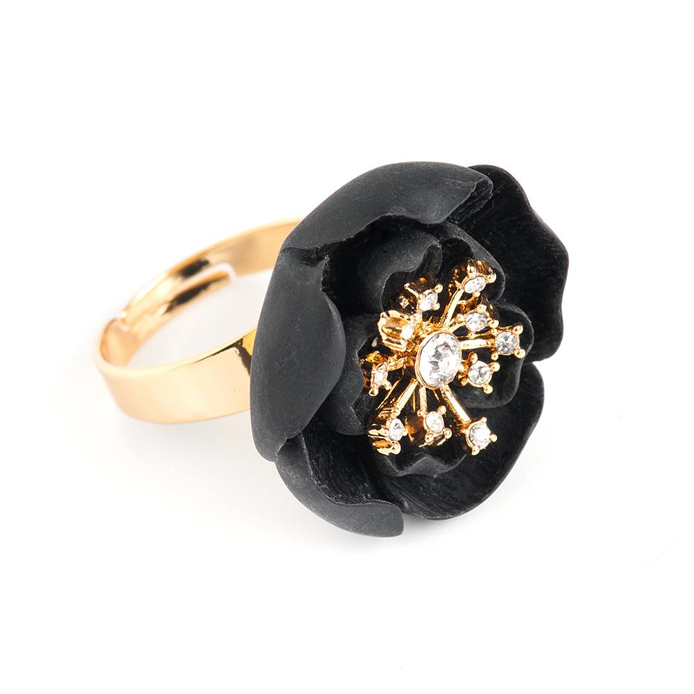 Кольцо Selena, цвет: золотистый, черный. 6002615060026150Оригинальное кольцо Selena выполнено из латуни с гальваническим покрытием золотом. Кольцо декорировано кристаллами Preciosa и керамическими вставками. Элегантное кольцо Selena превосходно дополнит ваш образ и подчеркнет отменное чувство стиля своей обладательницы. Размер кольца регулируется.