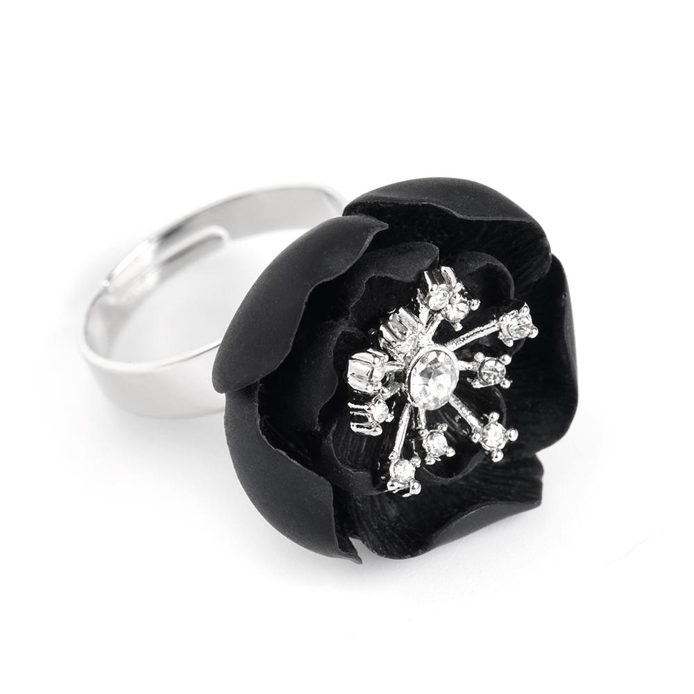 Кольцо женское Selena, цвет: серебристый, черный. 6002616060026160Керамика, кристаллы Preciosa, латунь. Гальваническое покрытие: родий., размер кольца регулируется диаметр цветка 2.3 см