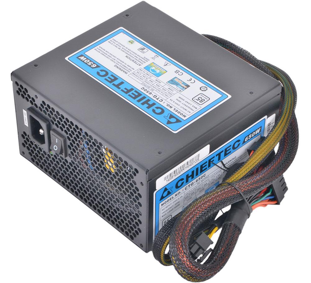 Chieftec CTG-650C блок питания для компьютера4710713239371Chieftec CTG-650C является одним из 3-х модульных блоков питания в розничной упаковке, которыми была дополнена популярная серия A-80, получившая множество наград и хорошо известная во всём мире на протяжении многих лет. Данную модель можно смело назвать хитом продаж среди всех подобных продуктов данной мощности, благодаря высокому КПД >85%, длинным отстёгивающимся периферийным кабелям в оплётке и тихой работе 120 мм вентилятора. Корпус Chieftec CTG-650C изготовлен из стали с покрытием черного матового цвета. На верхней панели расположена решетка, закрывающая вентилятор, а на задней, выполненной в виде сотообразной решетки, находятся разъем для подключения шнура питания и кнопка включения сети.
