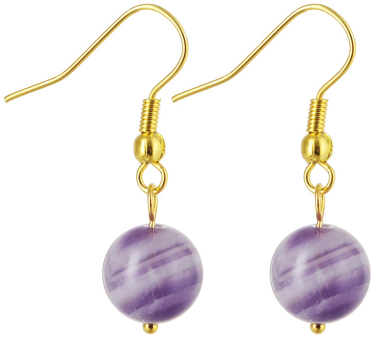 Серьги Револю Классика, цвет: фиолетовый. с3324с3324Материал: аметист. Длина подвески: 1,2 см. Размер камня: 1,2 см. Серьги с аметистом Классика - одно из самых недорогих и доступных украшений с этим прекрасным камнем! Если вы ещё не знакомы с обворожительным аметистом, вы можете начать знакомство именно с этой простой, но прелестной модели! Несмотря на совершенную простоту, серьги Классика довольно яркие и эффектные. Они украшены маленькими бусинами-подвесками, выточенными из поделочного аметиста. Этот полупрозрачный камень имеет неяркий тёмно-фиолетовый оттенок, и по его загадочно-тёмному ф