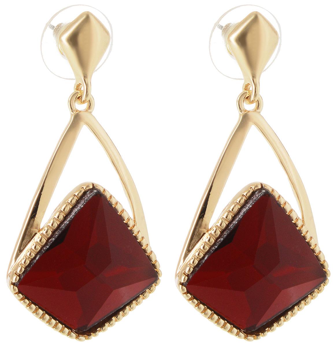 Серьги Taya, цвет: золотистый, красный. T-B-10737T-B-10737-EARR-GL.REDСерьги-гвоздики Taya имеют удобную заглушку из металла-пластика. Изящные серьги-качели с крупным рубиново-красным кристаллом необычной формы. Так как кристалл не обрамлен, он смотрится очень выигрышно за счет искусной огранки и полупрозрачности камня.