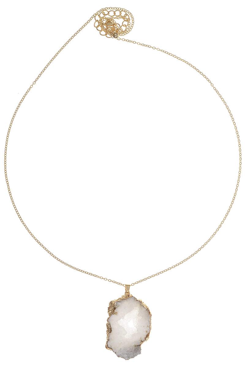 Колье Bradex Танака, цвет: золотой, светло-серый. AS 0097AS 0097Нежный и женственный кулон изготовлен цинкового сплава и сияющего аметиста природной формы в виде друзы: украшения с природными кристаллами давно и прочно обосновались на вершине модной лестницы. Свежий дизайн, сдержанное обрамление, элегантная цепочка тонкого плетения с золотым покрытием — колье Танака подойдет даже к самому необычному наряду. Кулон застегивается и регулируется по длине при помощи карабина. Естественные огранки минералов всегда в цене. Слегка неправильная форма, нарочито грубоватые линии и живая необработанная поверхность придают кулону стильную изюминку.