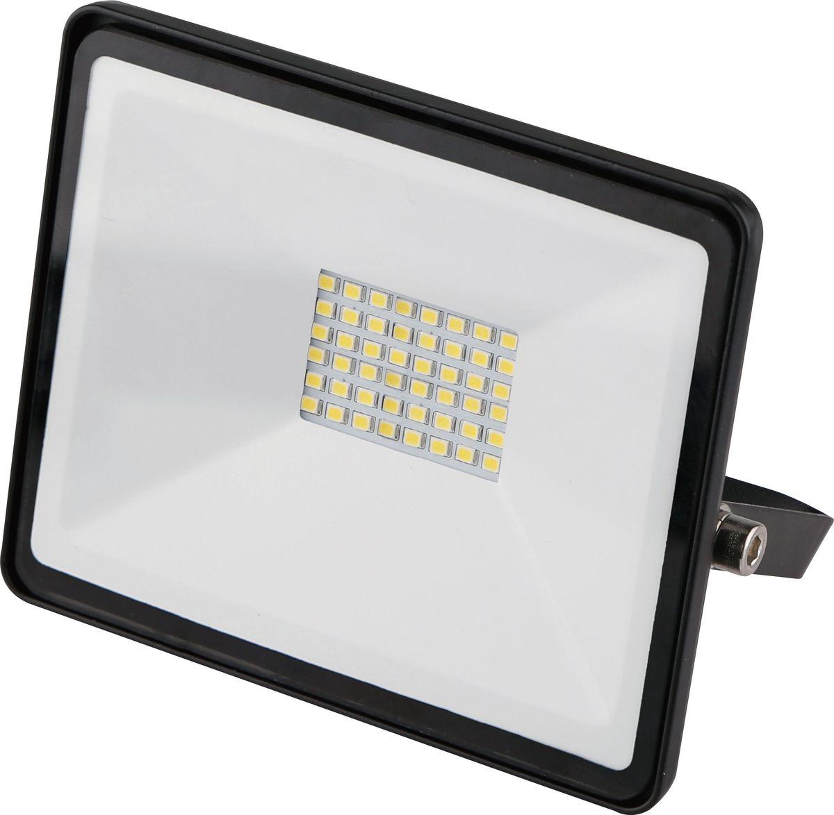 Прожектор светодиодный REV Ultra Slim, 50 W, 6500 К. 32303 732303 7Светодиодный супертонкий прожектор. Предназначен для освещения большого пространства или подсветки объектов и сооружений различного назначения. Корпус прожектора выполнен из металла. В качестве рассеивателя используется ударопрочное прозрачной стекло. Светоотражатель - алюминиевая фольга. Конструкция и применяемые при изготовлении материалы обеспечивают высокую механическую прочность и защиту от пыли и влаги по классу IP65.Потребляемая мощность 50Вт. Эффективность >80Лм/Вт. Прожектор крепится к монтажной поверхности стальной опорной скобой, которая обеспечивает простой монтаж и степень свободы при направлении корпуса изделия.